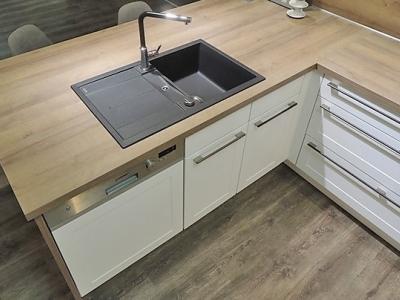 Пластиковая столешница производителя EGGER под древесную структуру хорошо поддерживает выбранный стиль LOFT