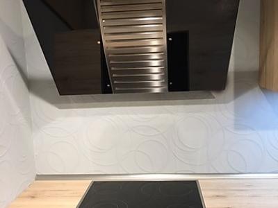 Пластиковая столешница EGGER одинакового декора с фасадами кухни