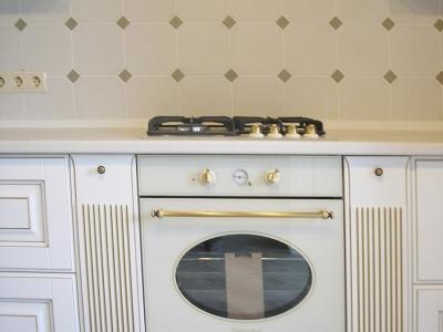 Классическая встроенная бытовая техника соответствует стилю кухонной мебели
