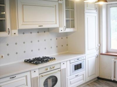 Белый шелковистый лак, золотая патина, резные декоры придают кухне неоспоримый богатый внешний вид