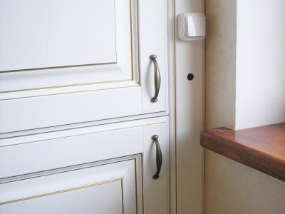 В фальшь панели встроен сенсор включении подсветки на кухне