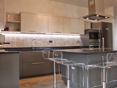 Каменная столешница имеет зеркальную крошку, которая всегда придает богатую яркость на кухне