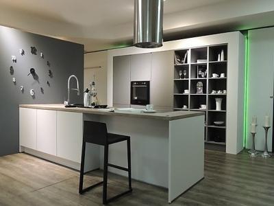 Небольшая островная кухня с пенальной конструкцией ящиков, была изготовлена в небольшую  квартиру студию