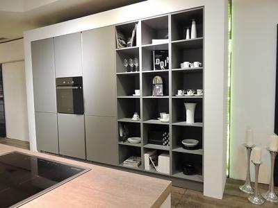 Бытовая техника встроена в пенальную конструкцию кухни