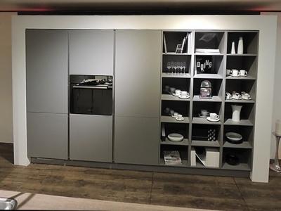 В пенальной конструкции кухни гармонично сочетаются открытые ящики, позволяющие их функционально использовать в  квартире студии