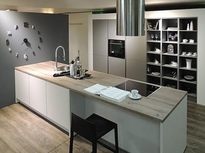 Данное дизайнерское исполнение мебели показывает как, в квартирах студии, лаконично и стильно организовать кухонную мебель