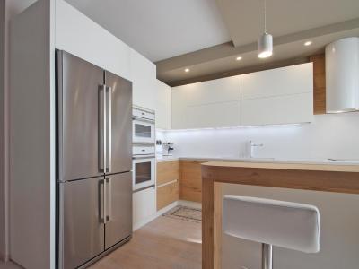 Большой холодильник под нержавейку гармонично вводят в кухню элементы металла, что не противоречит современному стилю
