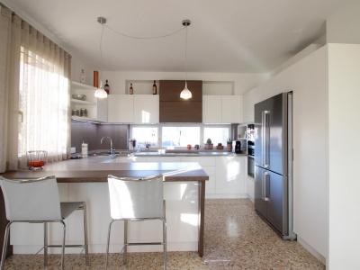 Холодильник под нержавейку вместе с мойкой гармонично вводят в кухню элементы металла, что не противоречит современному стилю