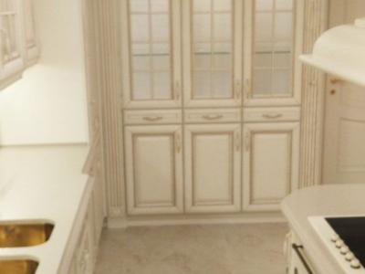 Высокие витрины имеют стеклянные полки, которые облегчают конструкцию пеналов