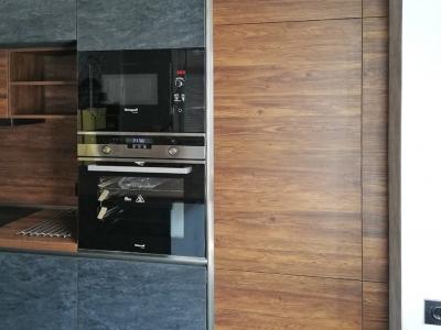 Скрытый холодильник и мебельный пенал кухни встраивает необходимую технику
