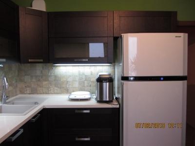 небольшой ящик над холодильником для обобщения вида кухни