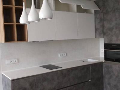 Второй ярус верхних ящиков придает кухне дополнительное пространство для припасов