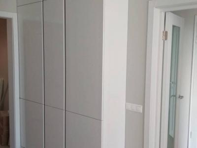 На противоположной стене вместились ящики пенальной конструкции