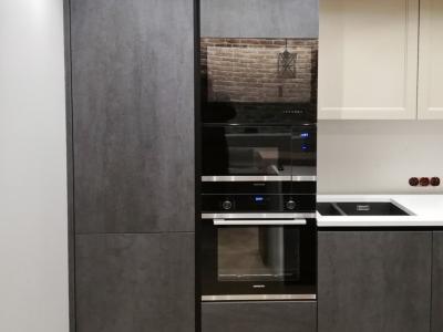 Высокие пеналы со встроенной техникой делают кухню максимально функциональной