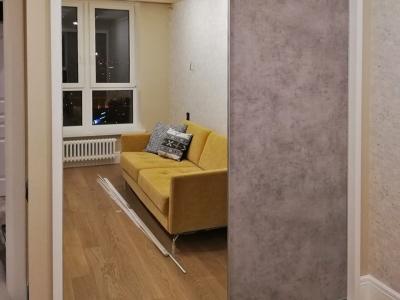 Зеркальная поверхность шкафа увеличивает коридорное пространство