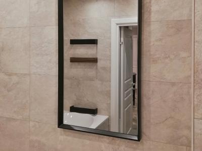 Зеркало в ванную комнату, а также полочки изготовлены под заказ