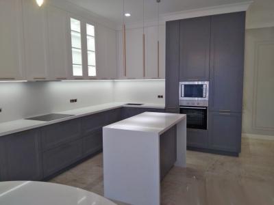 Классическая кухня в скандинавском стиле. Мебель объединяет общее помещение кухни с залом.