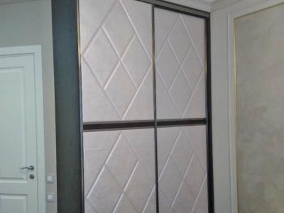 Корпусный шкаф с фасадами из кожи является необходимой изюминкой в холе помещения.