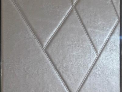Выпуклая кожа прошитая двойной строчкой создает атмосферу уюта и теплоты в холле