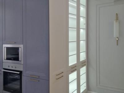 Пенальные ящики кухни встраивают в себя всю необходимую бытовую технику.