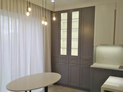 Обеденный стол изготавливался по индивидуальным чертежам и гармонично сочетается с общей мебелью кухни.