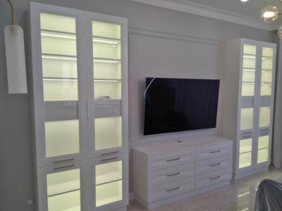 В общем помещении с кухней изготавливалась сопутствующая мебель, поддерживающая  общий стиль.