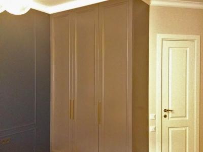 Строгий стиль интерьера поддерживает шкаф спальни.