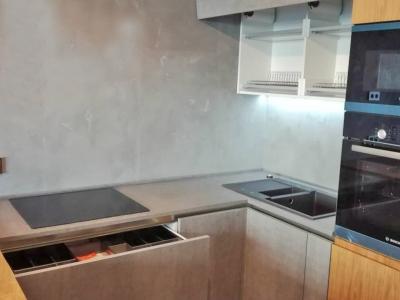 Керамические фасады Naturali pietra di savoia perla  идеально сочетаются с декоративным покрытием  стен в помещении для кухни